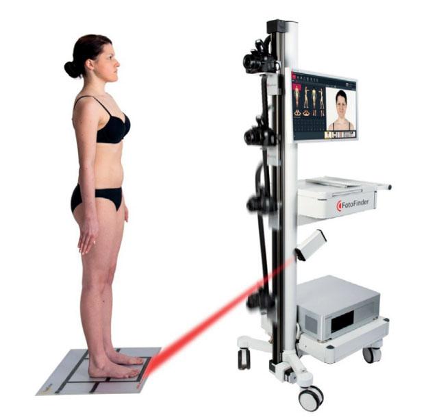 Работа системы автоматического картирования поверхности тела (ATBM) — внизу виден лазерный луч, проецирующий оптимальную позицию для пациента
