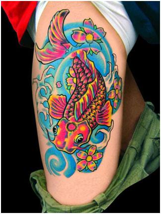 Цветные татуировки - татуировка на бедре